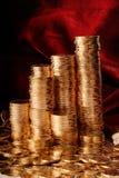 Goldene Münzen in den Reihen stockfotografie