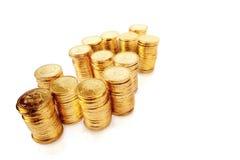 Goldene Münzen in der Form des Geldzeichens Stockfotografie