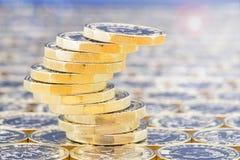 Goldene Münzen mit Lichteffekten Prekärer Stapel Abstrakte Beleuchtungshintergründe für Ihr Design Stockbilder