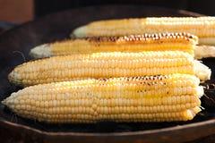 Goldene Maiskolben backten oder grillten auf Holzkohle, draußen lizenzfreie stockbilder
