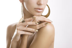 Goldene Maniküre, weibliche Hände mit glänzendem goldenem Nagellack Stockfoto