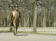 Goldene Mannstatue im Tallinn Lizenzfreie Stockfotografie