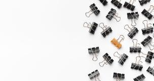 Goldene Mappenclipstellung zwischen den schwarzen lizenzfreie stockfotografie