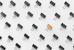 Goldene Mappenclipstellung zwischen den schwarzen lizenzfreie stockfotos