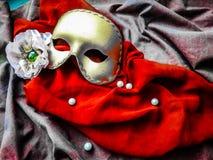 Goldene Maske auf dem zwei Farbgewebe stockfotografie