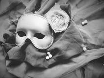 Goldene Maske für Oper auf dem Gewebe zwei lizenzfreies stockfoto