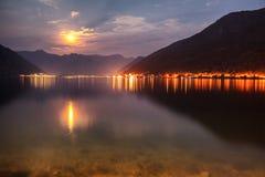 Goldene Mondschein-Reflexion an einer Bucht Stockfotografie