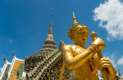 Goldene mythische Kriegersstatue Stockbilder