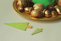 Goldene Nüsse, Eicheln, Kegel Stockbild