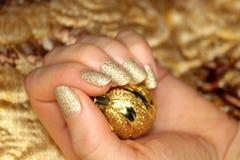 Goldene Nagelmaniküre des neuen Jahres stockfoto