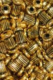 Goldene Ohrringe Stockfoto