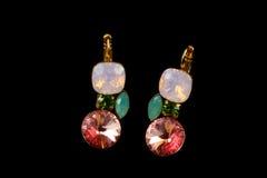 Goldene Ohrringe mit Kristallen Stockbilder