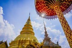 Goldene Pagode auf klarem Himmel bei Lamphun stockbild
