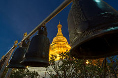 Goldene Pagode bei Wat Phra Borommathat Stockfotos