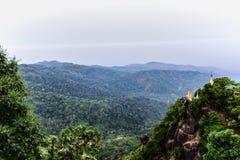 Goldene Pagode an der Spitze des Berges mit Dschungelansicht Stockfotos