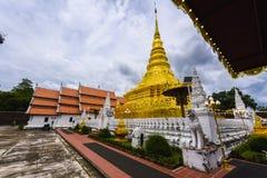 Goldene Pagode im thailändischen Tempel Lizenzfreie Stockfotografie