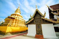 Goldene Pagode an Wat Phra That Sri Chom-Zapfen, Chiangmai-Provinz, Thailand stockfoto