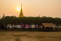 Goldene Pagode zur Sonnenaufgangzeit Stockfotografie
