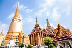 Goldene Pagoden- und Hallengebäude bei Emerald Buddha Tempel oder Wa Lizenzfreie Stockfotos