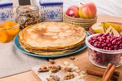 Goldene Pfannkuchen in einer blauen Platte Stockbild