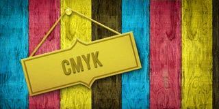 Goldene Platte CMYK auf Holztür Stockfoto