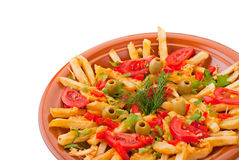 Goldene Pommesfrites mit Tomate und Olive lizenzfreie stockfotografie