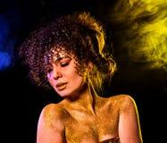 Goldene Pulverkosmetik auf bloßer Frau schultert mit dekorativem Stockfotos