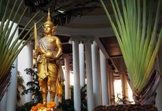 Goldene Rama-Statue, die traditionelles Kostüm trägt Goldhindische Gottskulptur, die Klingen- und Stoffsack hält Stockbild