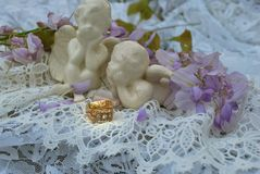 Goldene Ringe mit 2 Engeln und Spitze Stockbild