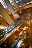 Goldene Rolltreppe innerhalb des Trumpf-Turms Stockfotos