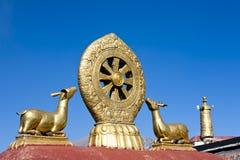 Goldene Rotwild und Dharma drehen innen Tibet Stockbild