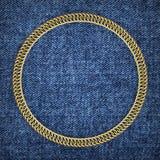 Goldene runde Kette auf einem Denimhintergrund, 3d lizenzfreie stockbilder