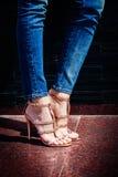 Goldene Sandalen des hohen Absatzes stockbild