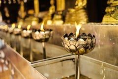 Goldene Schalen mit Öl und Feuer Stockfotos