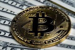 Goldene Schlüsselwährungsmünze Bitcoin auf US-Dollar Banknoten Lizenzfreies Stockbild