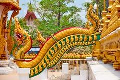 Goldene Schlange oder Naga auf Treppenhaus Lizenzfreies Stockbild