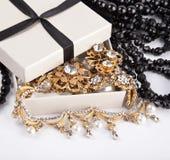 Goldene Schmucksachen im Kasten Lizenzfreie Stockfotos