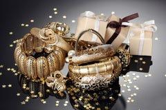 goldene Schmucksachen und Geschenke lizenzfreies stockfoto