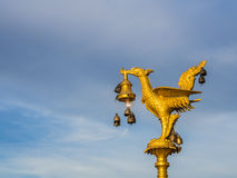 Goldene Schwanlampen- und -windglocke Stockfotografie