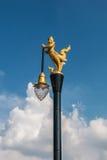 Goldene Schwanlampen- und -windglocke im Tempel Stockfoto