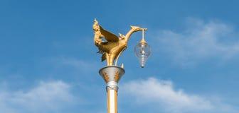 Goldene Schwanlampen- und -windglocke im Tempel Lizenzfreies Stockfoto