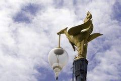 Goldene SchwanStraßenlaterne Stockfotos