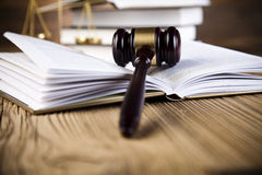 Goldene Skala auf einem Bedienpult (3d übertragen) Lizenzfreie Stockbilder