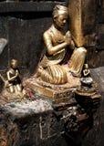 Goldene Skulptur des betenden Mannes. Nepal Lizenzfreies Stockbild