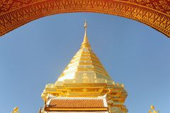 Goldene Skulptur Wat Phra That Doi Suthep am sonnigen Tag. Stockfoto