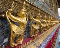 Goldene Skulpturen im goldenen Palast in Bangkok lizenzfreies stockbild