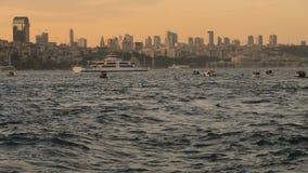 Goldene Skyline mit Schiff stock footage