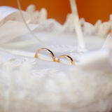 Goldene smoth Eheringe im weißen silk Korb mit Perlen und Bändern Stockbild