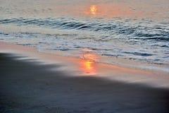 Goldene Sonnenaufgang-Meere Stockfotografie