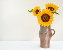 Goldene Sonnenblumen in einem Krug Stockfotografie
